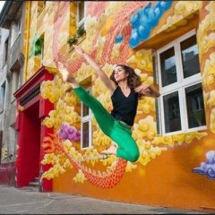 ballet jump in front of colorful building in Düseeldorf
